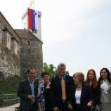 Kandidati SDS na Ljubljanskem gradu razvili slovensko zastavo
